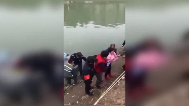 Bị ngăn không cho qua cầu vì không đeo khẩu trang, người phụ nữ nhảy luôn xuống sông chống đối và cái kết ngượng chín mặt - Ảnh 4.