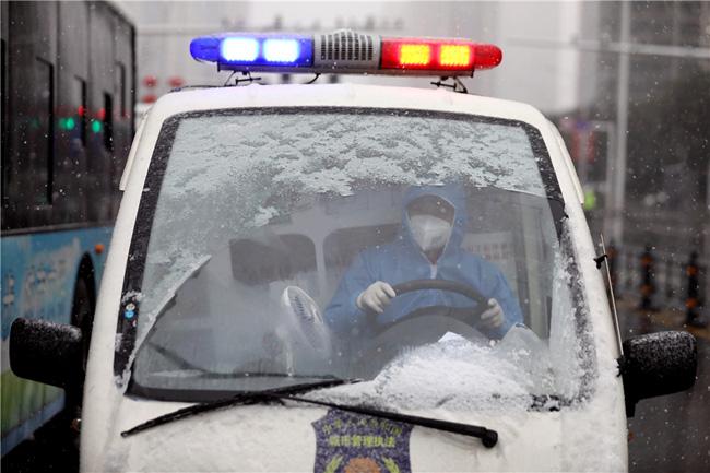 Vũ Hán tuyết trắng xóa, công tác đối phó virus corona thêm khó khăn - Ảnh 5.