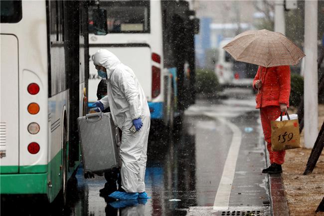 Vũ Hán tuyết trắng xóa, công tác đối phó virus corona thêm khó khăn - Ảnh 6.