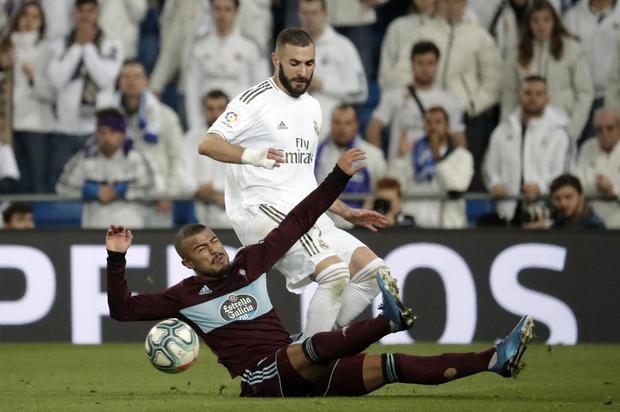 Góc lươn lẹo: Trợ lý HLV tung chiêu bẩn để cầm hòa Real Madrid nhưng lưới trời lồng lộng, cuối cùng phải nhận hình phạt cực nghiêm khắc từ trọng tài - Ảnh 2.