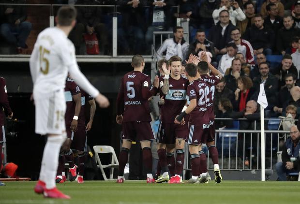 Góc lươn lẹo: Trợ lý HLV tung chiêu bẩn để cầm hòa Real Madrid nhưng lưới trời lồng lộng, cuối cùng phải nhận hình phạt cực nghiêm khắc từ trọng tài - Ảnh 3.