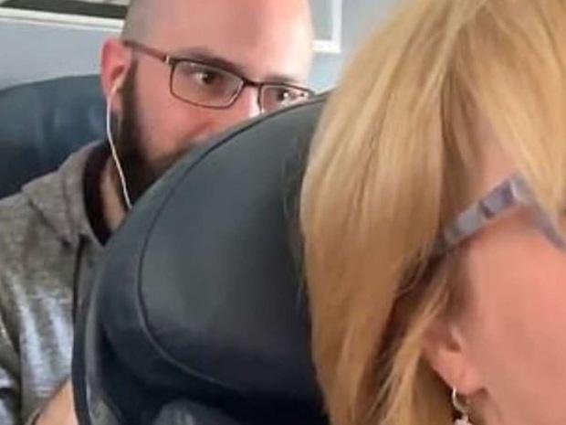 Nữ hành khách bị đấm liên tục vào lưng ghế trên máy bay, tiếp viên lại bênh vực kẻ ngồi sau và tranh cãi kịch liệt của cư dân mạng: Ai đúng, ai sai? - Ảnh 2.