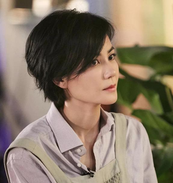 Cũng là để mặt mộc nhưng Trương Bá Chi ở tuổi 40 lại gây sốc với gương mặt già nua kém sắc hơn cả Vương Phi 51 tuổi - ảnh 3