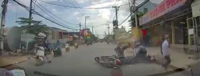 [Clip] Nhóm cướp vàng dùng bình xịt hơi cay tấn công người đi đường để tẩu thoát ở Sài Gòn - Ảnh 1.