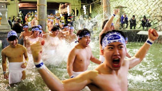 Hàng ngàn nam giới chen chúc tham gia lễ hội khỏa thân ở Nhật - Ảnh 1.