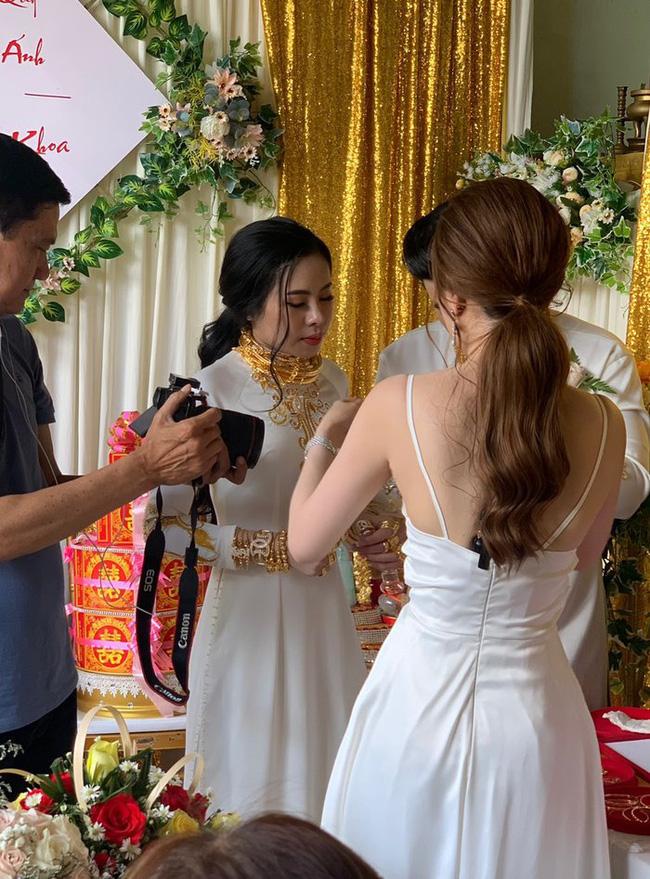 Người chị trong màn trao hồi môn 49 cây vàng cùng 2,5 tỷ cho cô dâu hóa ra là gái xinh Sài Gòn từng bị tố làm màu khi đập heo đất 1 lần mà được ngót 3 tỷ - ảnh 1