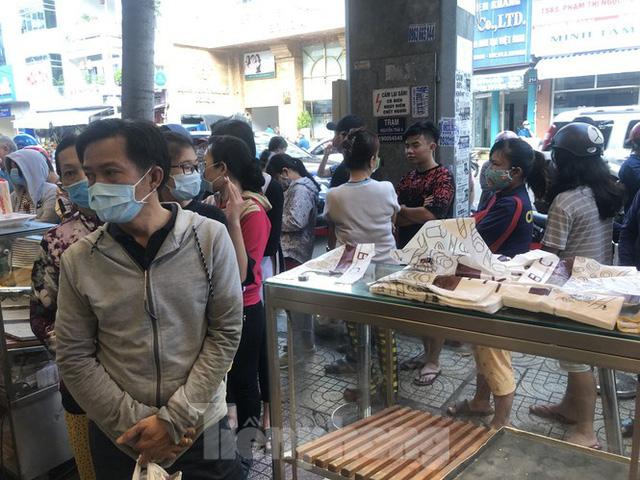 Rồng rắn xếp hàng mua bánh mì thanh long ở Sài Gòn - Ảnh 1.