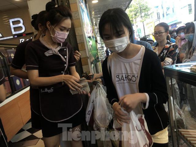 Rồng rắn xếp hàng mua bánh mì thanh long ở Sài Gòn - Ảnh 11.