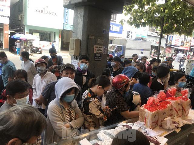 Rồng rắn xếp hàng mua bánh mì thanh long ở Sài Gòn - Ảnh 13.