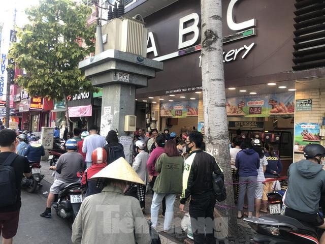 Rồng rắn xếp hàng mua bánh mì thanh long ở Sài Gòn - Ảnh 17.