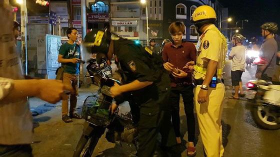 Thanh niên dùng giấy tờ giả mạo công an doạ CSGT lộ đường dây làm giả giấy tờ ở Sài Gòn - Ảnh 1.