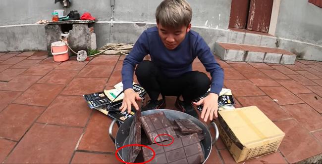 Con trai bà Tân Vlog bị dân mạng ném đá thẳng tay khi cắn dở đồ ăn rồi lại cho vào nồi nấu mời mọi người - Ảnh 2.