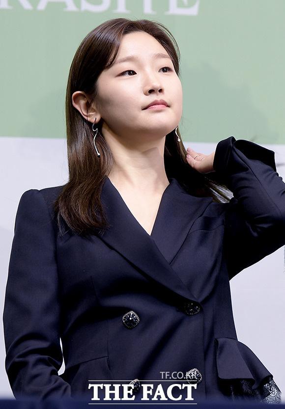 Họp báo đầu tiên của ekip Ký sinh trùng sau chiến thắng lịch sử ở Oscar: Park So Dam đẹp lạ, lấn át cả nữ hoàng 18+ - Ảnh 3.