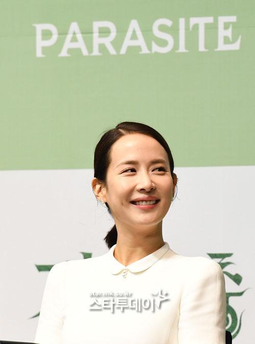 Họp báo đầu tiên của ekip Ký sinh trùng sau chiến thắng lịch sử ở Oscar: Park So Dam đẹp lạ, lấn át cả nữ hoàng 18+ - Ảnh 5.