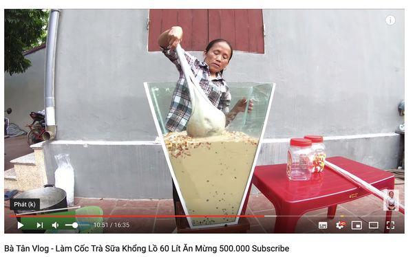 Con trai bà Tân Vlog bị dân mạng ném đá thẳng tay khi cắn dở đồ ăn rồi lại cho vào nồi nấu mời mọi người - Ảnh 8.