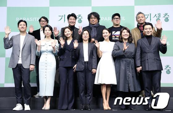 Họp báo đầu tiên của ekip Ký sinh trùng sau chiến thắng lịch sử ở Oscar: Park So Dam đẹp lạ, lấn át cả nữ hoàng 18+ - Ảnh 14.