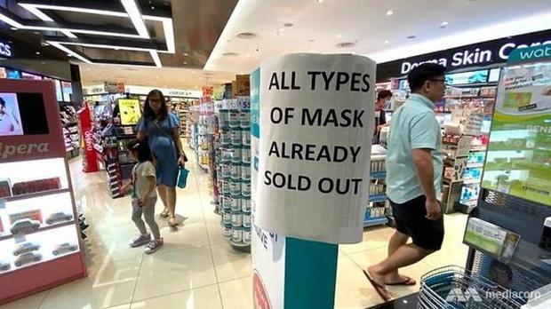 Video hỗn loạn cảnh tranh giành khẩu trang phòng virus tại Nhật Bản: Hàng vừa đưa ra đã hết trong một nốt nhạc - Ảnh 2.