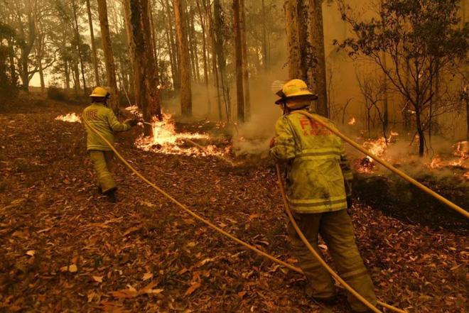 Đau lòng cảnh lửa cháy tại Úc đuổi sát nút xe của lính cứu hỏa - Ảnh 1.