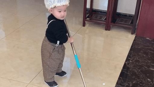 Hình ảnh bé trai 2 tuổi chăm chỉ làm việc nhà đốn tim cư dân mạng, đặc biệt hơn là thái độ trong lúc làm việc - ảnh 1