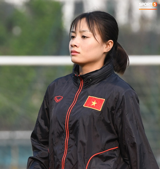 Báo Thái bất ngờ chọn hotgirl tuyển nữ Hoàng Thị Loan vào Top 10 nữ cầu thủ xinh đẹp nhất châu Á - Ảnh 1.