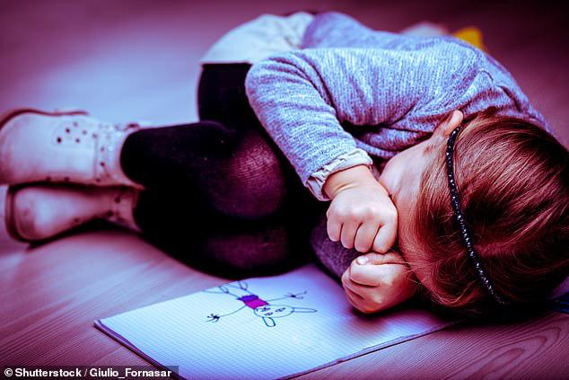 Mảnh giấy note của con gái 9 tuổi tố cáo việc làm đồi bại của người mẹ ác quỷ bắt đứa trẻ mặc đồ hở hang và phục vụ đàn ông - Ảnh 1.