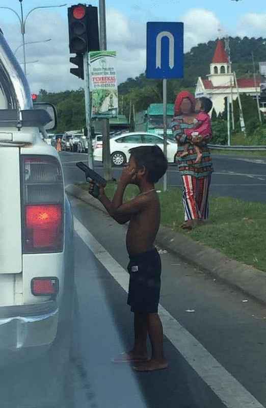 Tóm gọn đường dây ép trẻ em cầm súng đồ chơi đi xin đểu - Ảnh 1.