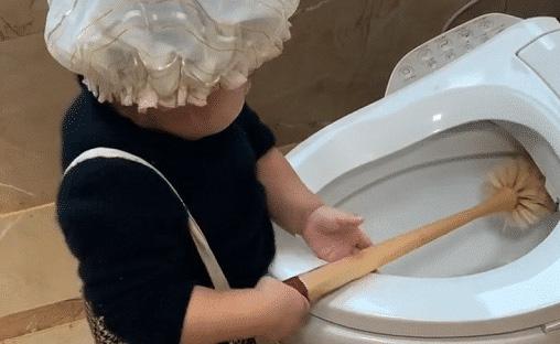 Hình ảnh bé trai 2 tuổi chăm chỉ làm việc nhà đốn tim cư dân mạng, đặc biệt hơn là thái độ trong lúc làm việc - ảnh 4