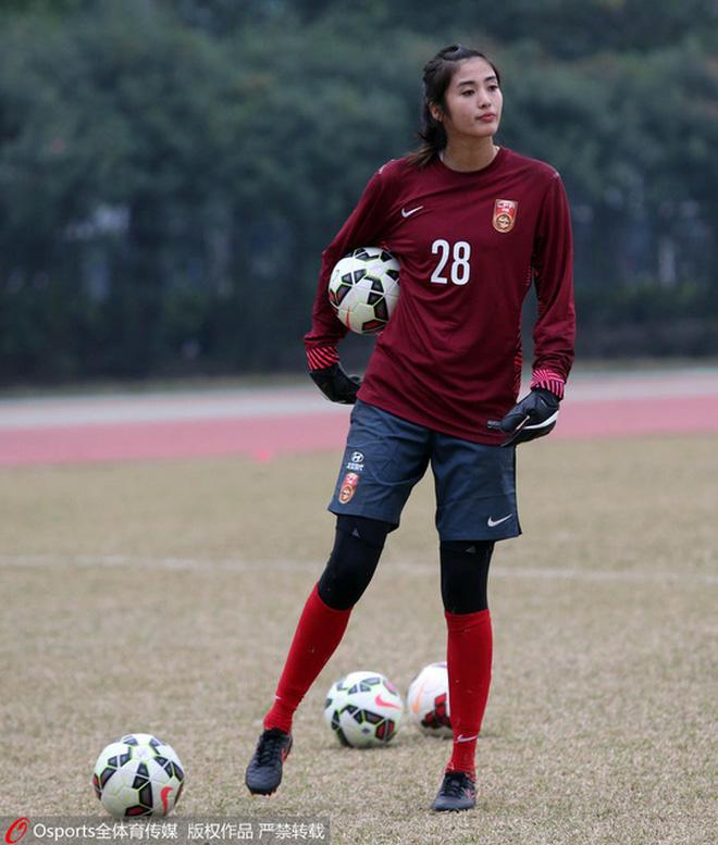 Báo Thái bất ngờ chọn hotgirl tuyển nữ Hoàng Thị Loan vào Top 10 nữ cầu thủ xinh đẹp nhất châu Á - Ảnh 9.