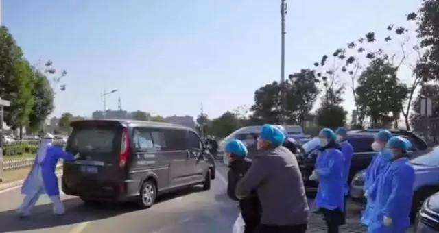 Giám đốc bệnh viện ở Vũ Hán qua đời do corona, vợ mặc nguyên đồ bảo hộ, gào khóc thảm thiết, chạy theo xe tang chồng - Ảnh 1.