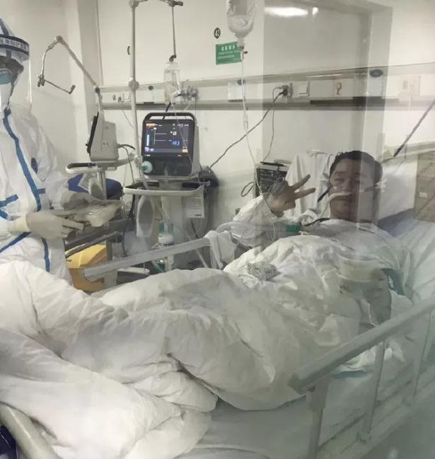 Vũ Hán: Hoãn ngày vui để chống COVID-19, bác sĩ 29 tuổi qua đời khi thiệp cưới vẫn cất trong ngăn tủ - Ảnh 1.