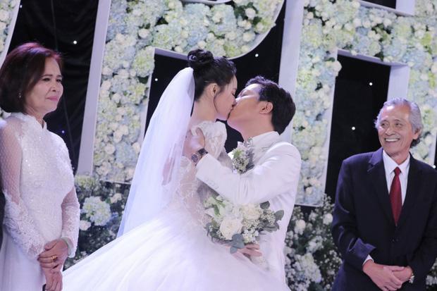 Những đám cưới bí mật rung chuyển Vbiz: Nhã Phương, Hari Won yêu cầu cực nghiêm, Tóc Tiên, Bảo Thy kín như bưng tới giờ G! - Ảnh 17.