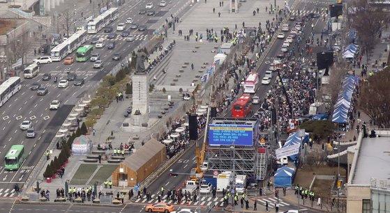 [ẢNH] Dịch COVID-19 diễn biến phức tạp, hàng ngàn người dân tại Seoul vẫn tuần hành bất chấp lệnh cấm tụ tập - Ảnh 1.