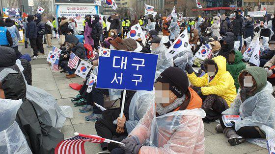 [ẢNH] Dịch COVID-19 diễn biến phức tạp, hàng ngàn người dân tại Seoul vẫn tuần hành bất chấp lệnh cấm tụ tập - Ảnh 3.