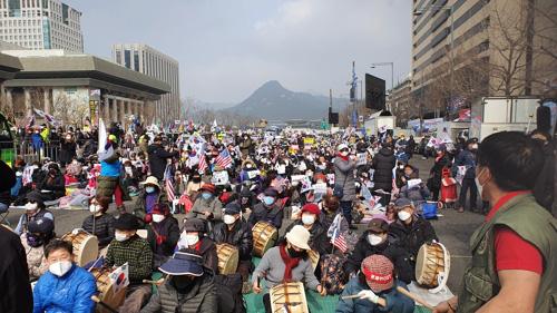 [ẢNH] Dịch COVID-19 diễn biến phức tạp, hàng ngàn người dân tại Seoul vẫn tuần hành bất chấp lệnh cấm tụ tập - Ảnh 2.