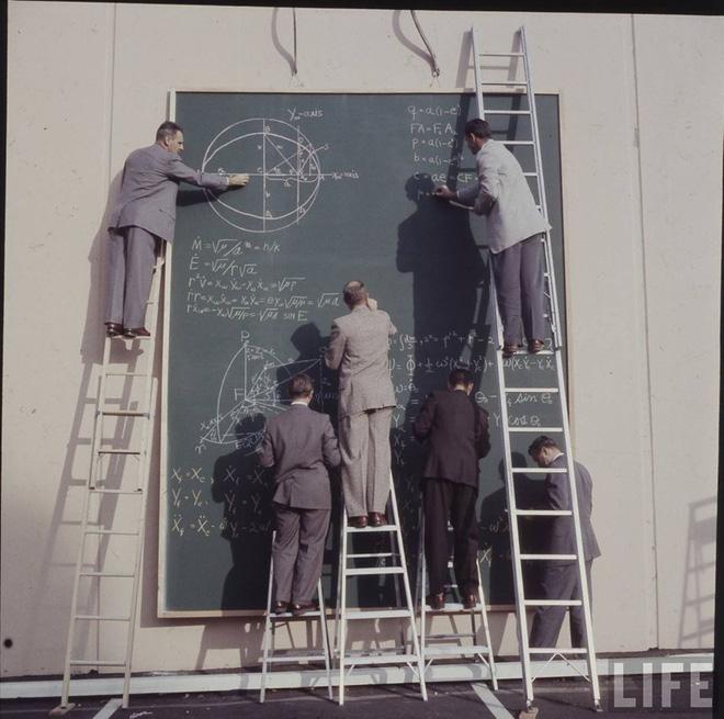 Ngày xưa khi chưa có máy tính và đây là cách các nhà khoa học NASA tính toán, nhìn chất và ngầu quá - Ảnh 1.