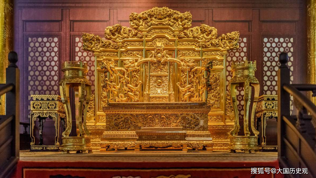 Bí ẩn về chiếc ghế rồng trong Cố Cung: Có 3 nhân vật qua đời khi ngồi trên ghế này và lời nguyền đằng sau khiến ai cũng tò mò - Ảnh 1.
