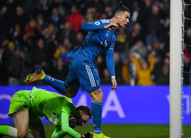 Trong ngày đá trận chính thức thứ 1000, Ronaldo lại tiếp tục san bằng một thành tích đáng nể mà chỉ nghe thôi các fan cũng đã phải trầm trồ - Ảnh 4.