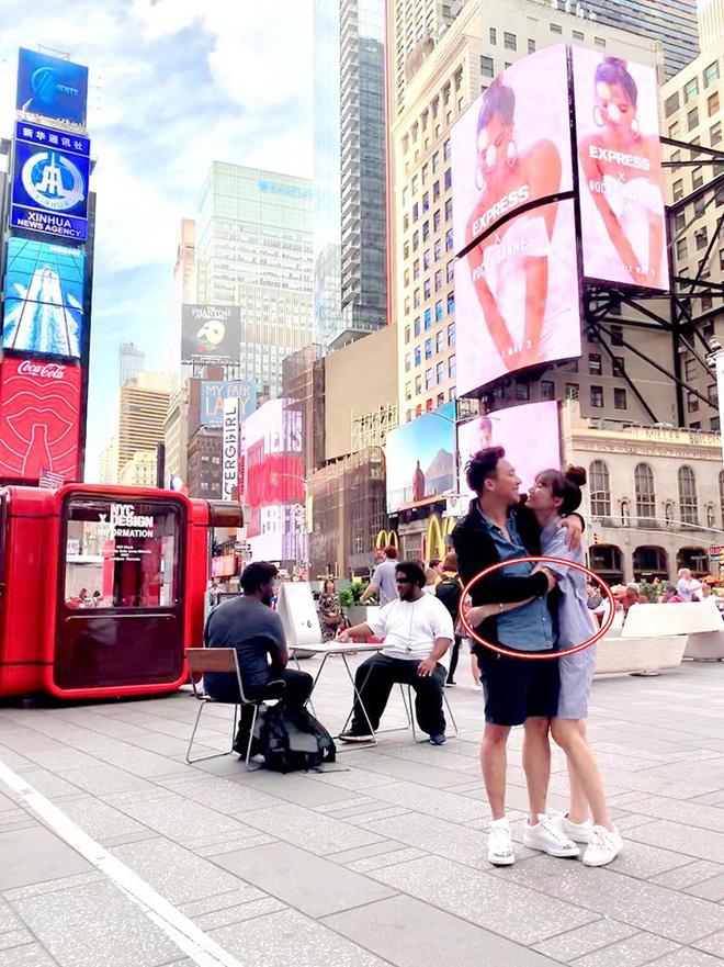 """Tung ảnh vi vu New York sang chảnh bên bà xã, Trấn Thành gây xôn xao vì quá gầy: """"Đuông dừa"""" năm xưa giờ xanh xao đáng lo - Ảnh 7."""