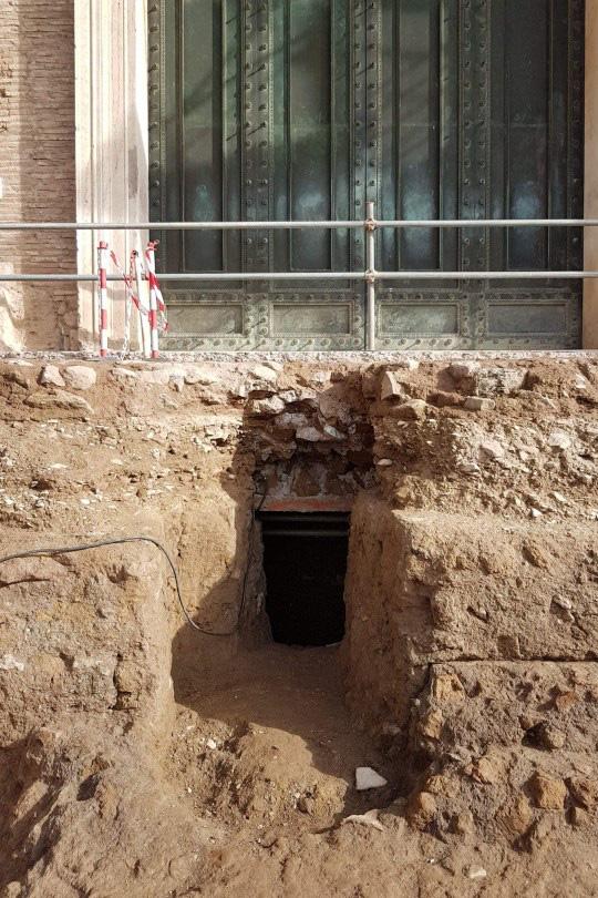Phát hiện mộ cổ của vị vua đầu tiên của đế chế La Mã: Người lớn lên bằng sữa của sói hoang - Ảnh 3.