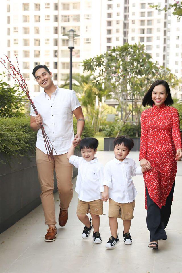 3 cặp sinh đôi nhà sao Việt nổi như cồn trên mạng xã hội: Bé con lai đã lớn phổng phao như thiếu nữ, bé cùng bố mẹ sống đầy trải nghiệm nơi trời Tây - Ảnh 2.