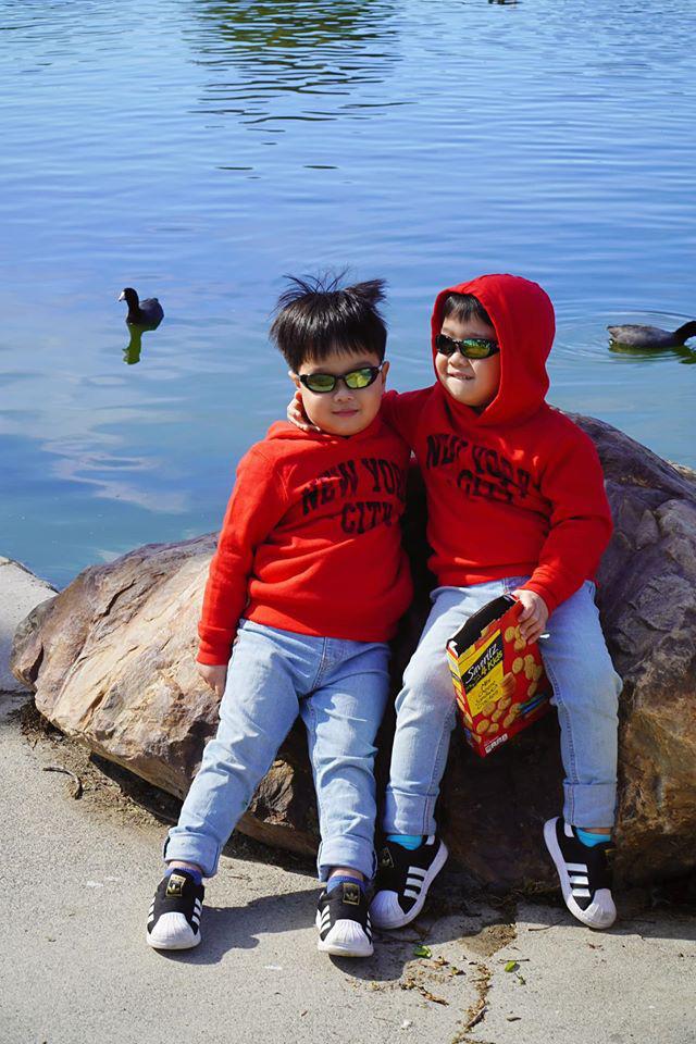 3 cặp sinh đôi nhà sao Việt nổi như cồn trên mạng xã hội: Bé con lai đã lớn phổng phao như thiếu nữ, bé cùng bố mẹ sống đầy trải nghiệm nơi trời Tây - Ảnh 7.