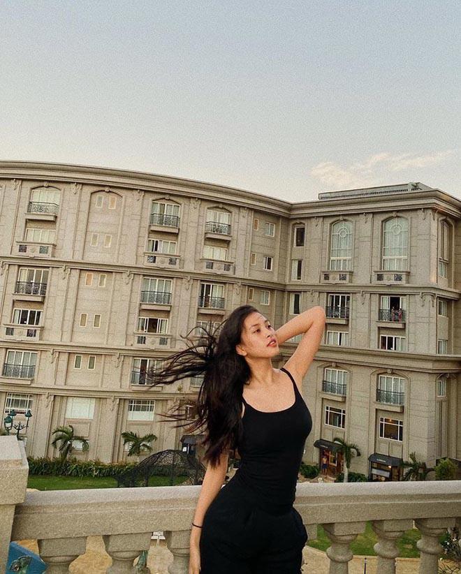 Hoa hậu Trần Tiểu Vy tung clip hậu trường chụp ảnh gợi cảm đầy hài hước - Ảnh 3.