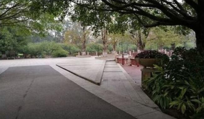 Khoá xe đạp vào ghế trong công viên, lát sau mất cả xe lẫn ghế, cô gái đi tìm thì phát hiện hai tên trộm trong tình trạng khó đỡ - Ảnh 2.
