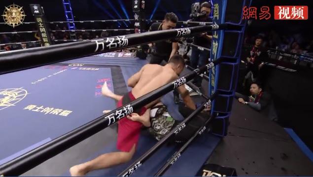 """Tưởng bị gãy cổ, võ sĩ Trung Quốc phản công """"siêu ngoạn mục"""" khiến tất cả ngỡ ngàng - Ảnh 4."""