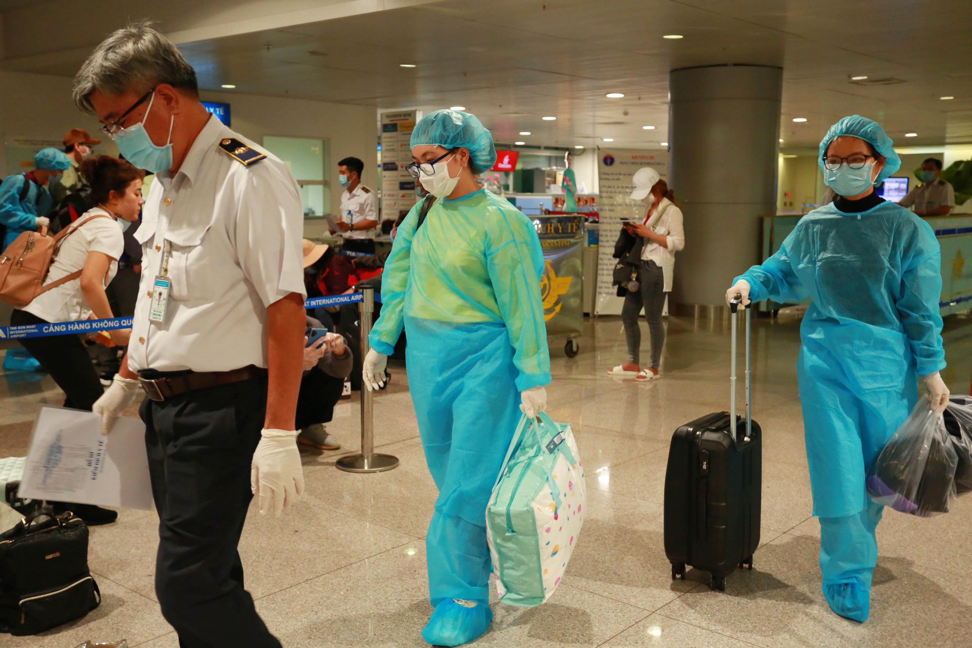 QUY TRÌNH NGHIÊM NGẶT giúp phát hiện 3 người về từ Hàn Quốc có dấu hiệu sốt, được cách ly lập tức khi xuống Tân Sơn Nhất - Ảnh 16.