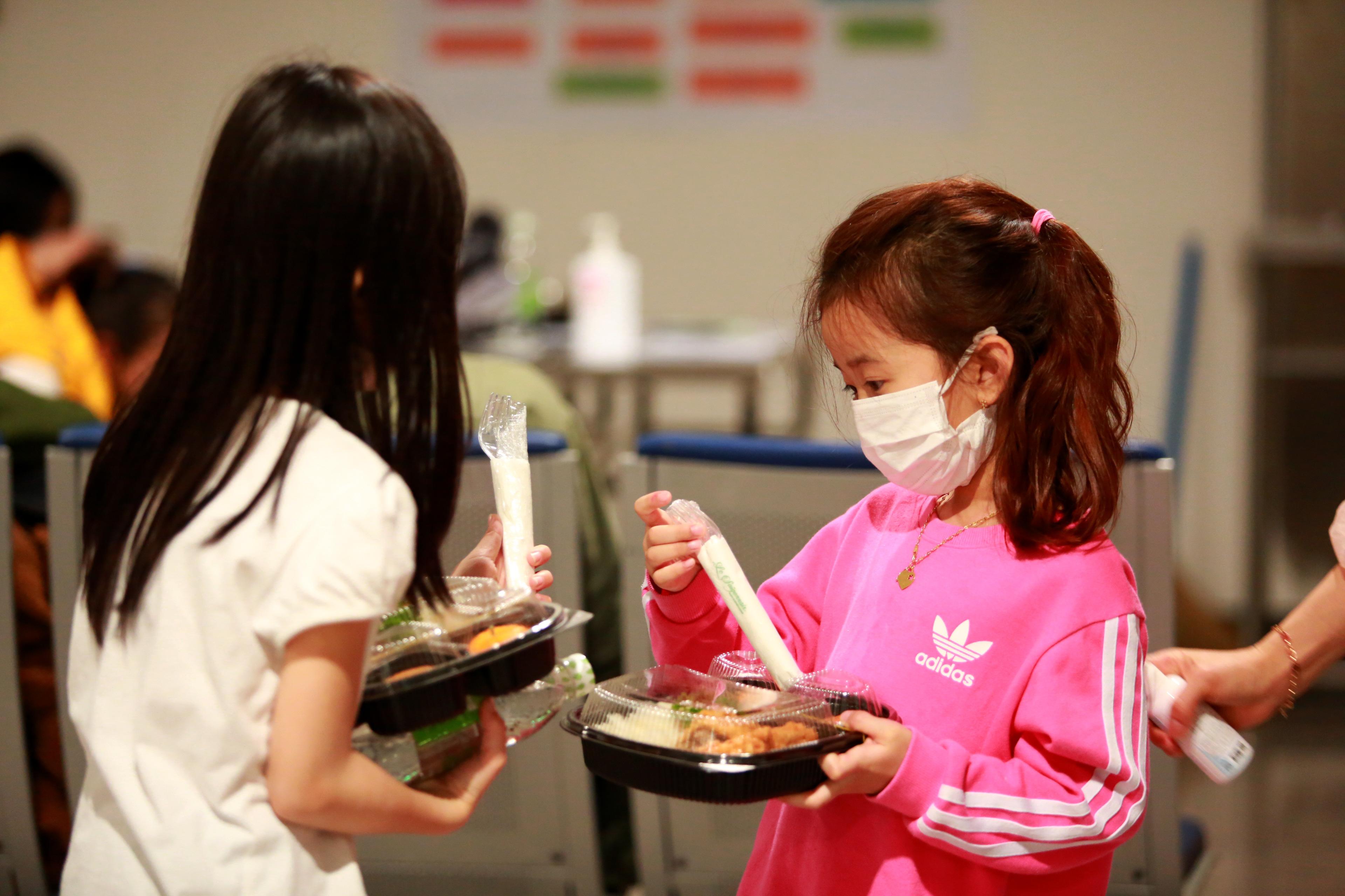 QUY TRÌNH NGHIÊM NGẶT giúp phát hiện 3 người về từ Hàn Quốc có dấu hiệu sốt, được cách ly lập tức khi xuống Tân Sơn Nhất - Ảnh 10.