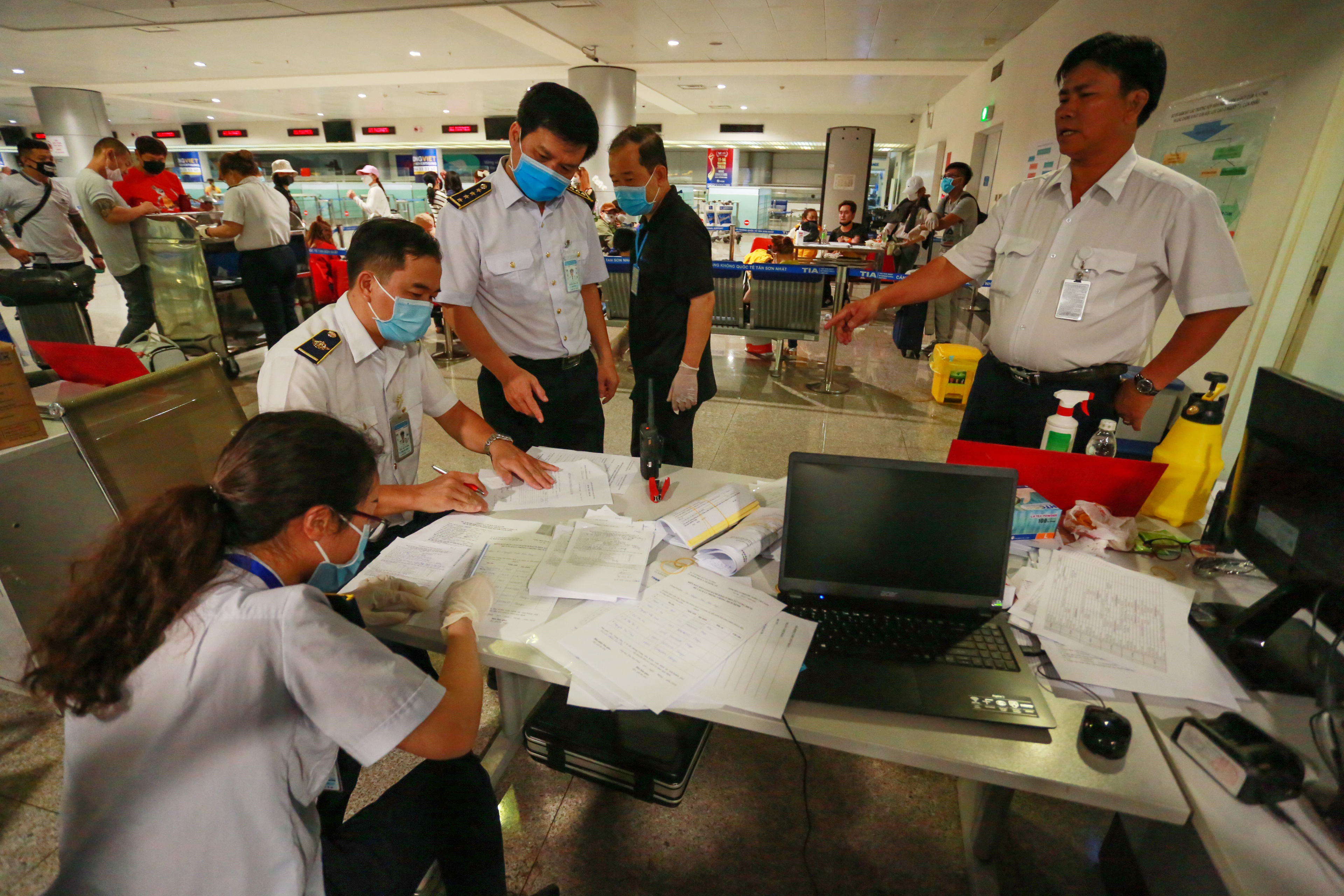 QUY TRÌNH NGHIÊM NGẶT giúp phát hiện 3 người về từ Hàn Quốc có dấu hiệu sốt, được cách ly lập tức khi xuống Tân Sơn Nhất - Ảnh 1.