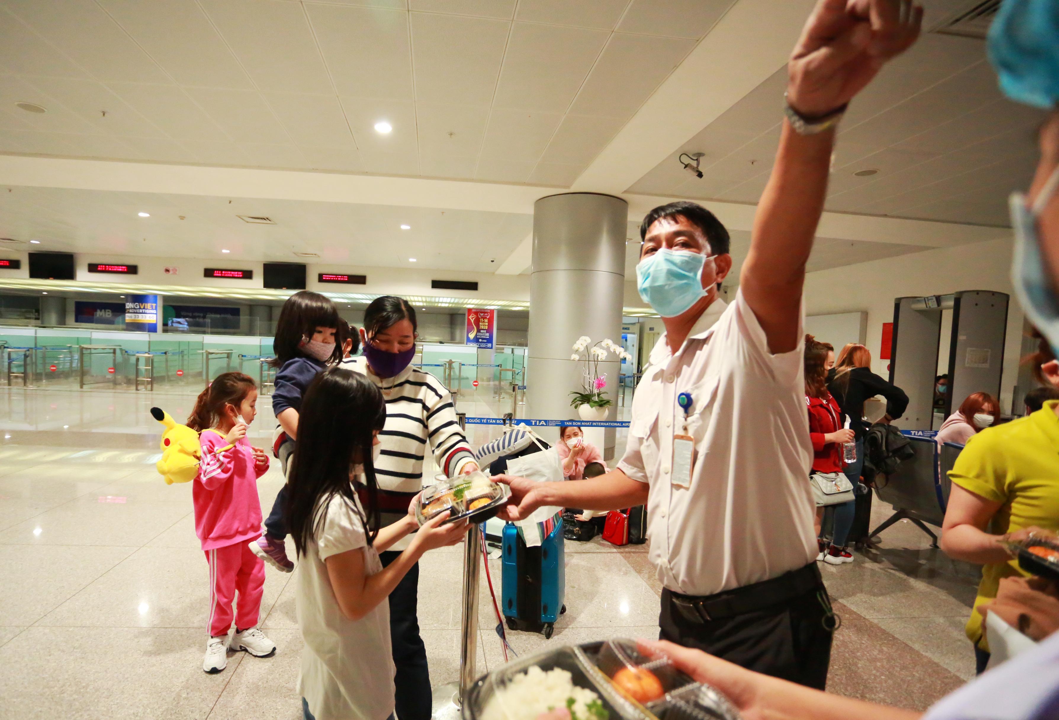 QUY TRÌNH NGHIÊM NGẶT giúp phát hiện 3 người về từ Hàn Quốc có dấu hiệu sốt, được cách ly lập tức khi xuống Tân Sơn Nhất - Ảnh 9.