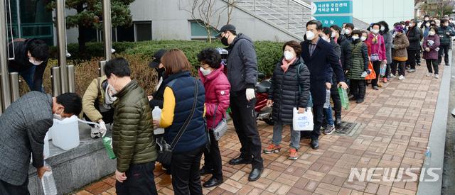 Hơn 1.000 người nhiễm corona chỉ sau 1 tháng, cuộc sống của người Hàn Quốc bị đảo lộn như thế nào? - Ảnh 2.