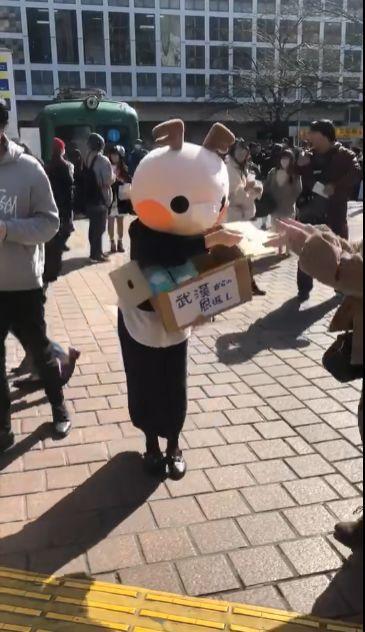 Cô gái Trung Quốc xinh đẹp và hành động đẹp giữa đường phố Nhật Bản, điều đặc biệt là dòng chữ ghi trên thùng khẩu trang được phát miễn phí - Ảnh 4.
